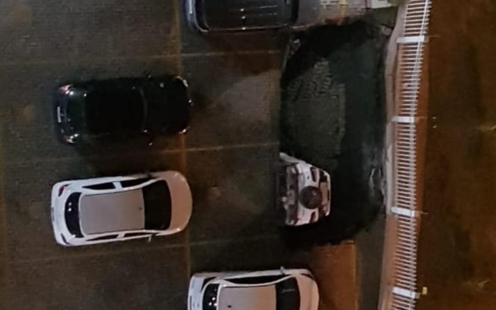 Carro é 'engolido' por cratera após piso de garagem ceder, em Goiânia, Goiás — Foto: Reprodução/TV Anhanguera