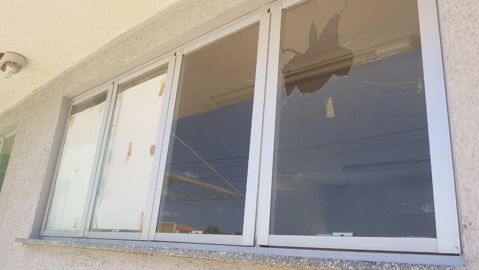Vidros de janelas e portas de prédios públicos foram quebrados por vândalos em Parelhas, na região Seridó do RN — Foto: Oberdan Eduardo Bezerra