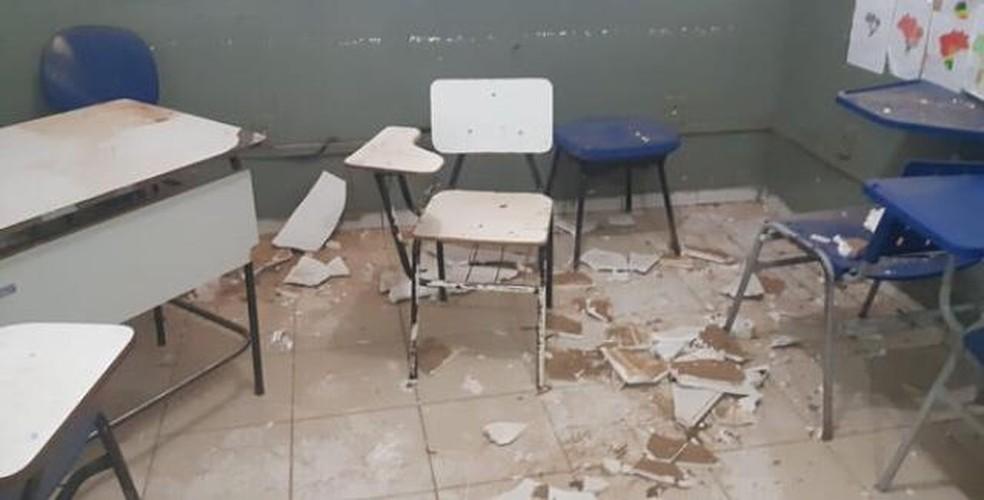 Forro do teto caiu em sala de aula na cidade de Barreiras, no oeste baiano — Foto: Arquivo Pessoal