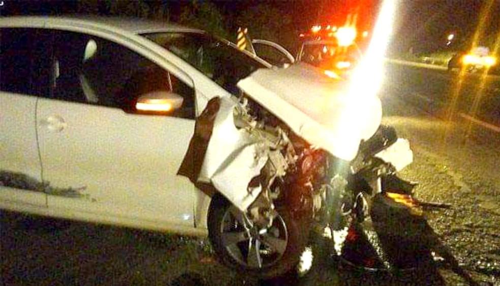 Um dos veículos ficou com a frente destruída, mas apenas um dos ocupantes teve ferimentos leves — Foto: Valdecir Luís/Divulgação