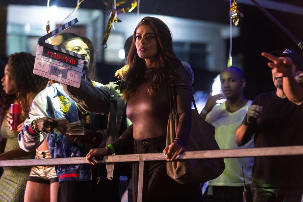 Juliana Paes nos bastidores da cena em baile funk (Foto: Anderson Barros/Gshow)