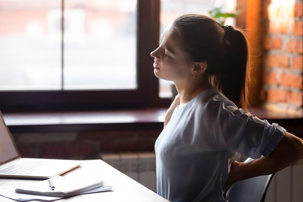 Dor nas costas em home office: a cadeira deve ser ajusta para conferir conforto — Foto: Istock Getty Images