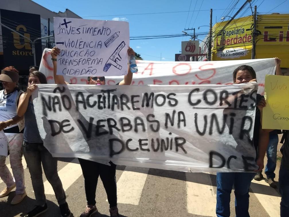 Porto Velho - estudantes e professores fazem protesto contra bloqueios na educação — Foto: Diêgo Holanda/G1