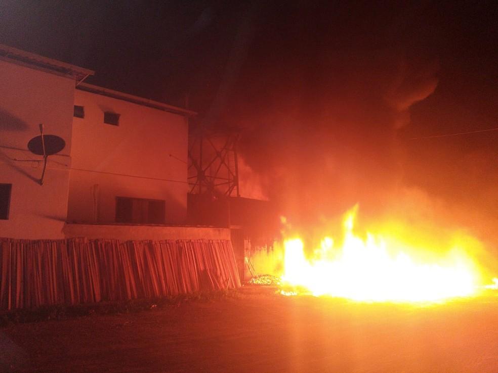 Funcionário disse que fogo começou na caixa de distribuição elétrica — Foto: Corpo de Bombeiros/Divulgação
