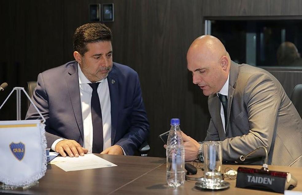 Daniel Angelici, presidente do Boca Juniors, conversa com Maurício Galiotte, do Palmeiras — Foto: Divulgação