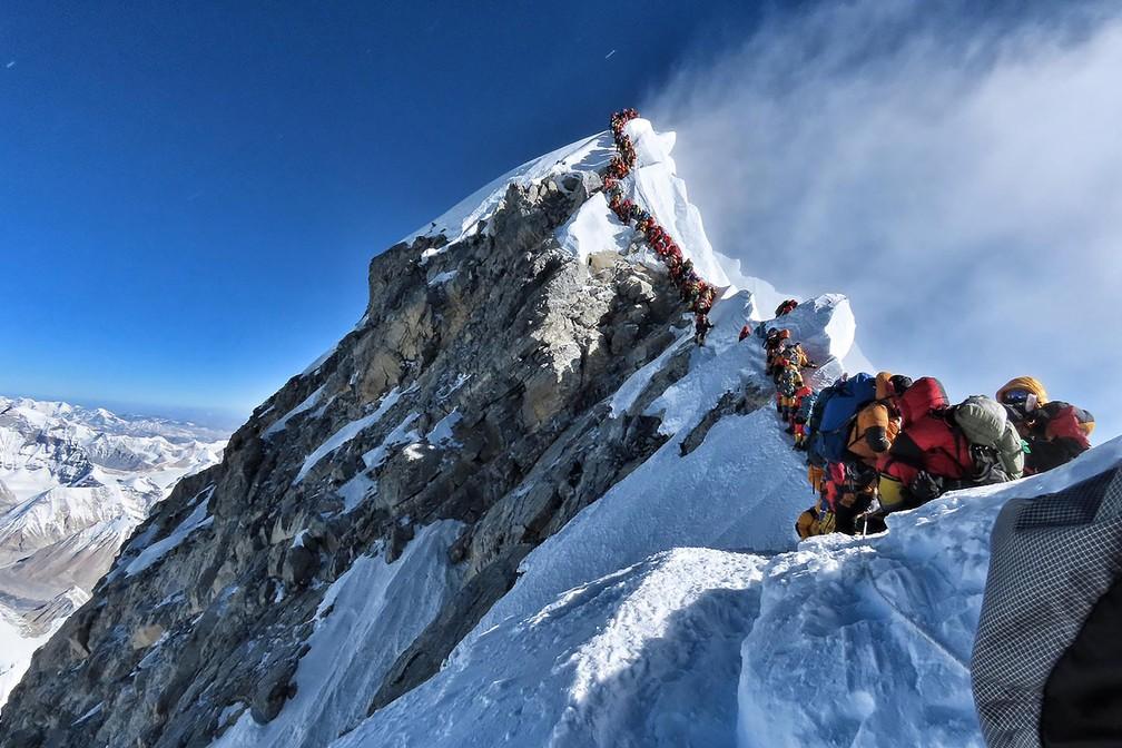 A foto divulgada pelo Project Possible no dia 22 de maio, mostra a quantidade de escaladores do Everest. Muitas equipes tiveram que esperar por horas em filas para chegar ao topo. — Foto: Handout / Project Possible / AFP