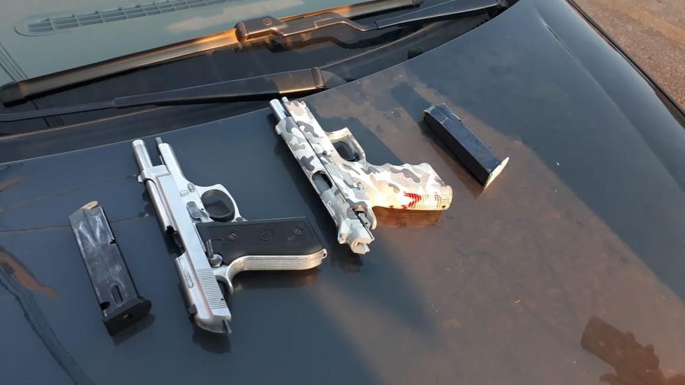 Irmãos foram presos com carro roubado e armas em Rondonópolis (Foto: Polícia Civil de MT/Assessoria)
