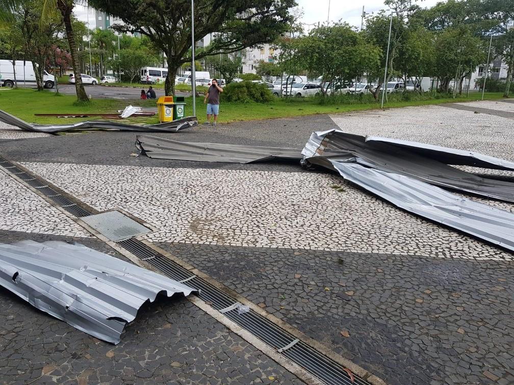 Telhas da prefeitura de Criciúma ficaram na praça da cidade — Foto: Defesa Civil/Divulgação