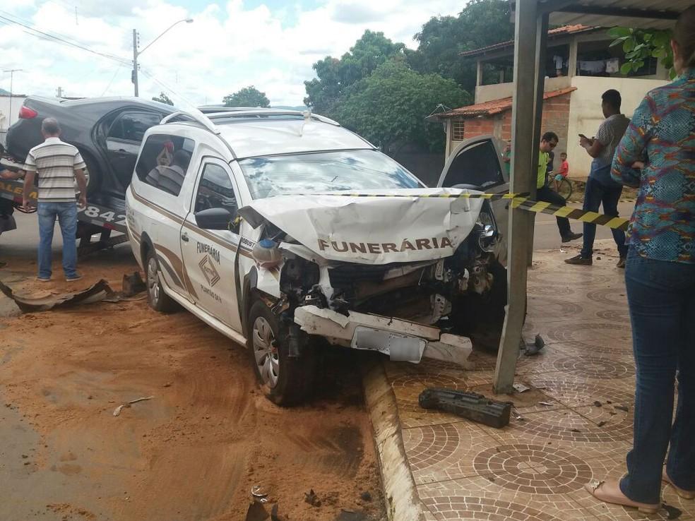 Carro de funerária colidiu com outro veículo em cruzamento (Foto: Antoniel Pereira / TV Anhanguera)