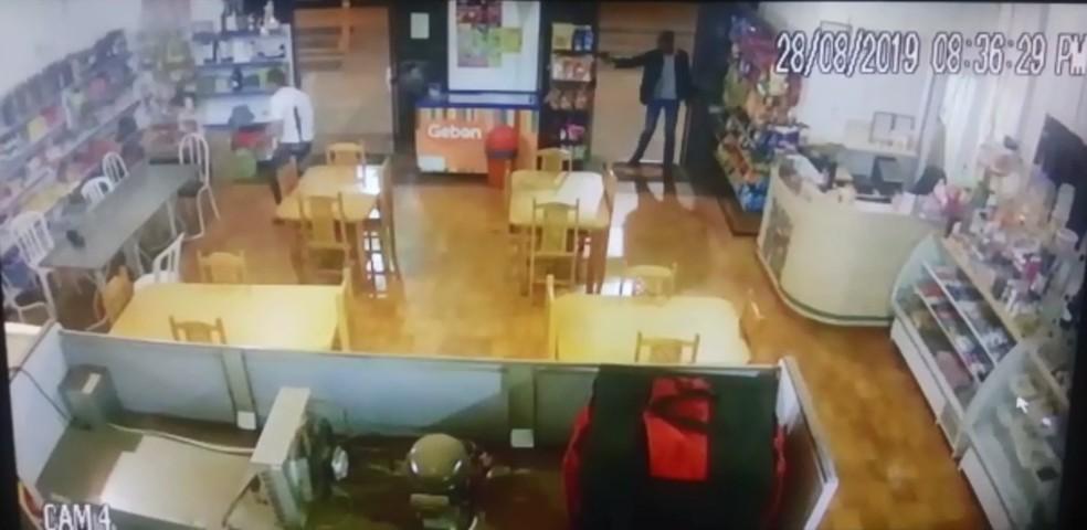 Câmera de segurança registrou momento em que ex-prefeito é baleado — Foto: Câmera de Segurança