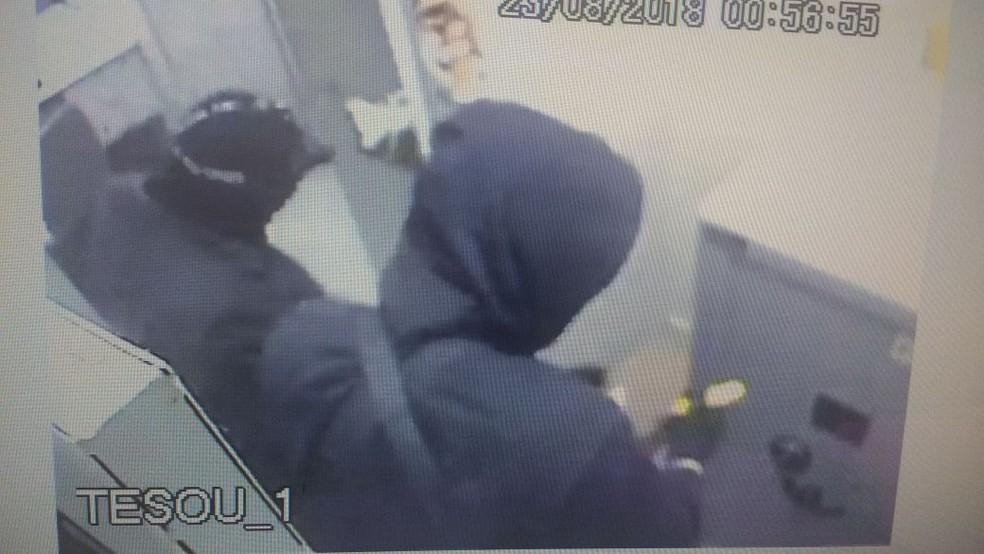 Quadrilha também conseguiu entrar no interior das agências em Denise (Foto: Polícia Militar de MT/Divulgação)