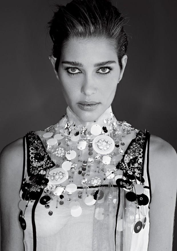 Ana Beatriz Barros usa vestido Prada (Foto:  Gilles Bensimon)
