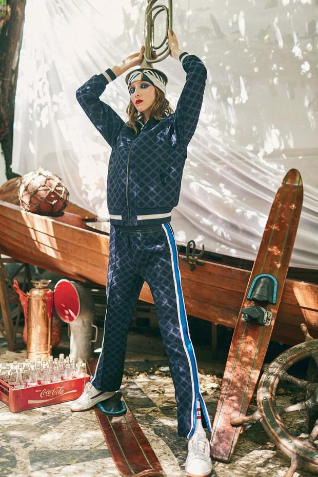 Jaqueta (a partir de R$ 14.690) e calça (a partir de R$ 10.940), ambas Chanel, lenço (R$ 60) e meias (R$ 29), ambos B.Luxo, e tênis Fila (R$ 430).  (Foto: Ivan Erick)