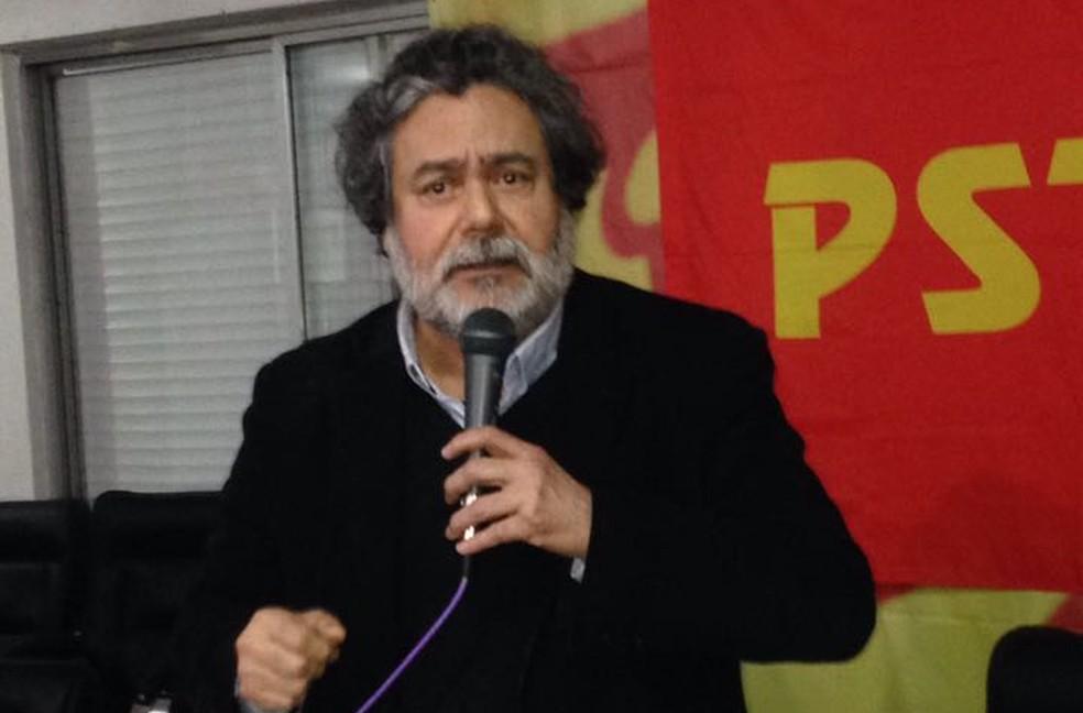 Júlio Flores discursa durante convenção do PSTU em Porto Alegre (Foto: Jonas Campos/RBS TV)
