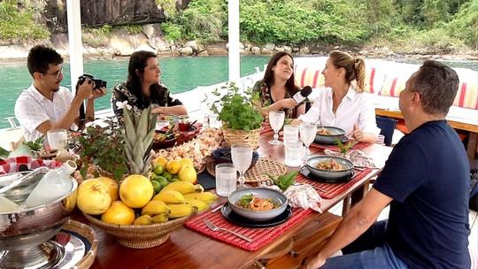 'Sabores Daqui' faz passeio por Paraty a bordo de um barco-restaurante