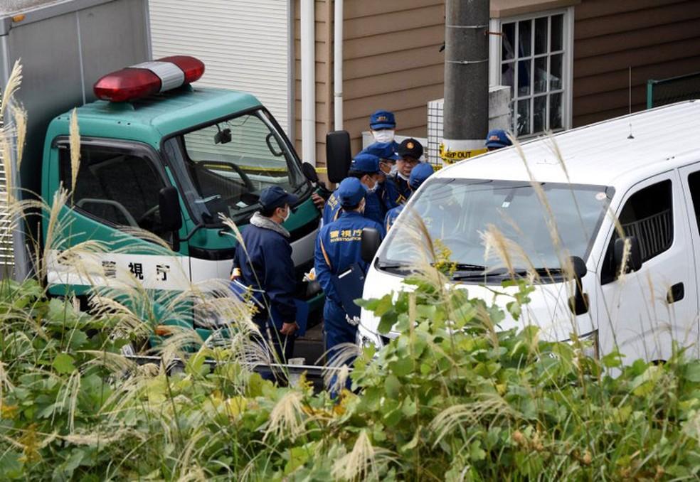 Policiais se reúnem nesta terça-feira (31) em frente a apartamento onde polícia encontrou partes de corpos na cidade de Zama, ao sul de Tóquio, no Japão (Foto: Toru Yamanaka / AFP)