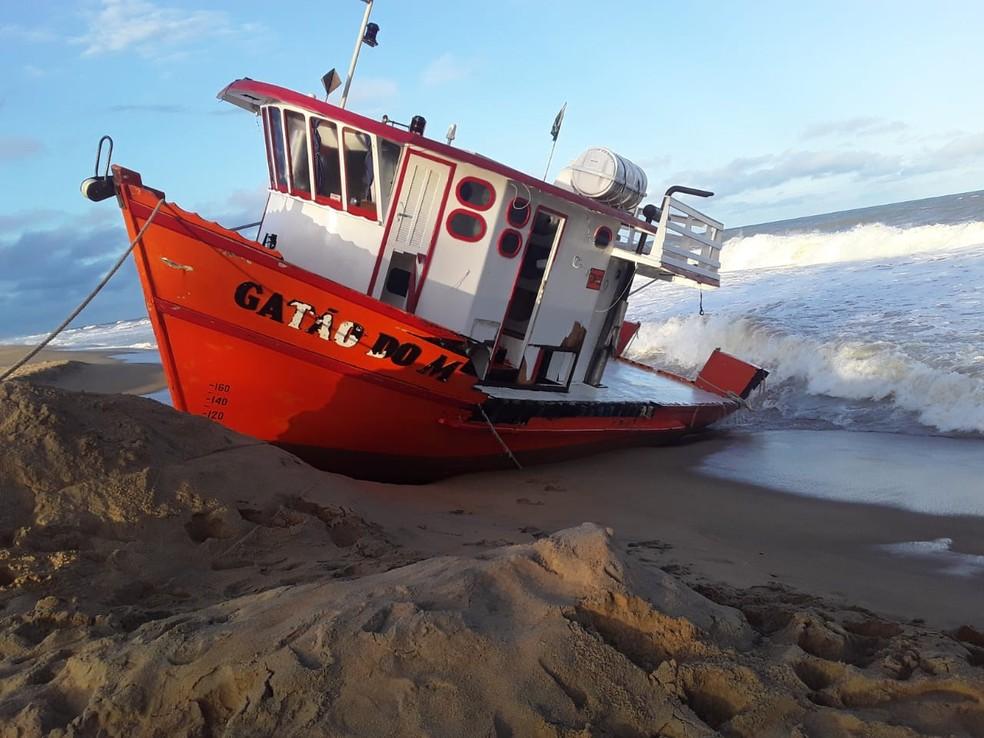 Barco de pesquisa encalhou na praia de Povoação — Foto: Iremar Moraes