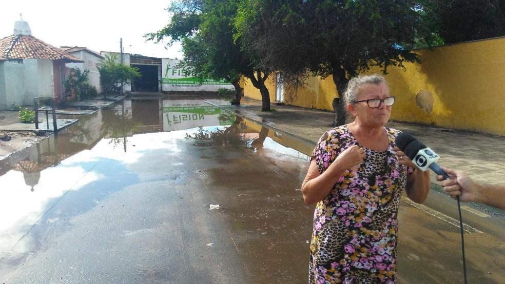 Aposentada chora lamentando a situação (Foto: Carlos Rocha/G1)