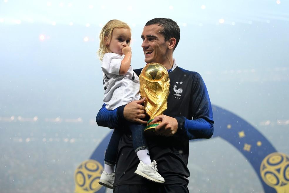 Griezmann e a primogênita Mia após o título da Copa do Mundo da França em 2018 — Foto: AFP