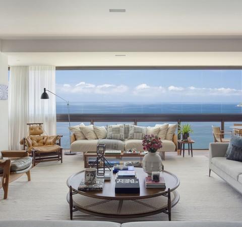 280 m² com vista para o mar, obras de arte e muito design nacional