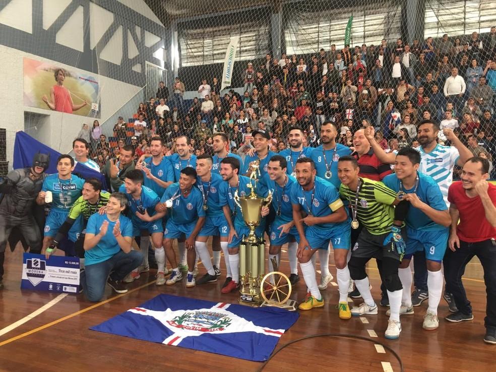Jogadores do Coxim comemoraram o tricampeonato da Copa Morena de Futsal neste sábado (27), em Campo Grande — Foto: Débora Brum/TVMOrena