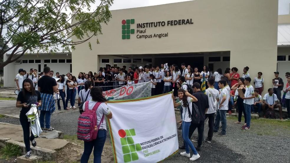 Estudantes do campus do IFPI em Angical do Piauí fizeram passeata até o centro da cidade. — Foto: Reprodução