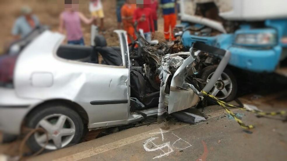 Acidente deixou mortos e feridos no km 24 da BR-104, em Toritama (Foto: PRF/Divulgação)
