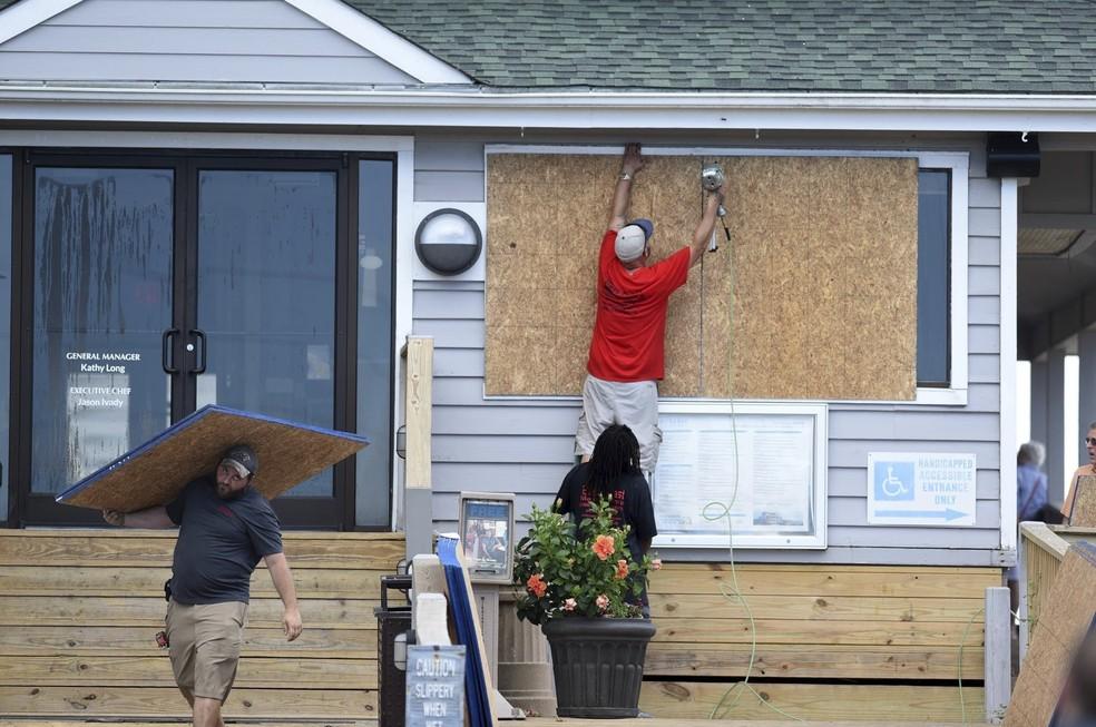 Moradores de Wrightsville Beach, na Carolina do Norte, protegem imóveis para a chegada do furacão Florence — Foto: Matt Born/The Star-News via AP, File