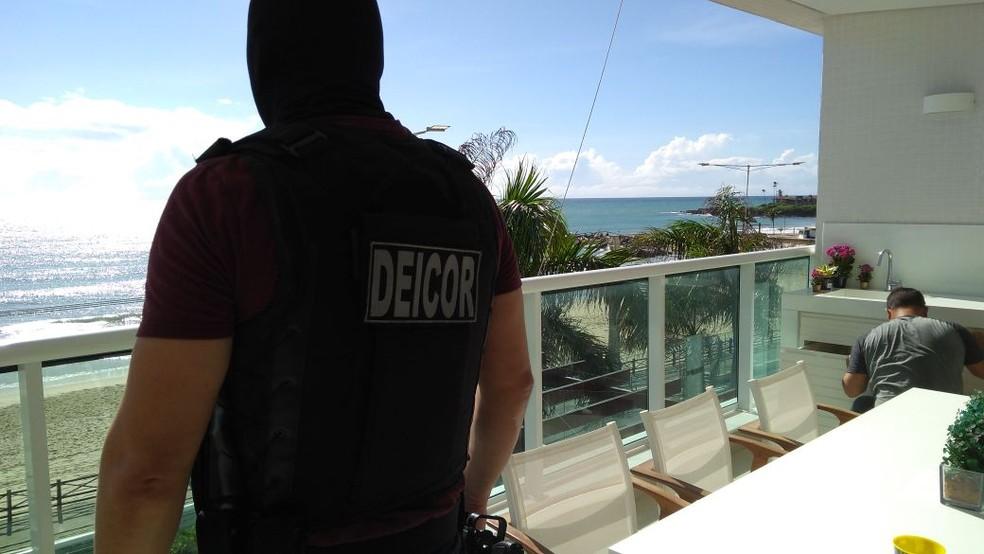 Deicor esteve em apartamento de dois suspeitos de tráfico de drogas na Praia de Areia Preta, Natal (Foto: Cedida/Polícia Civil)