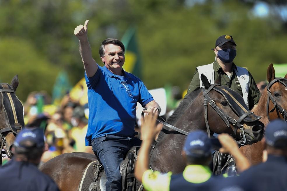 O presidente Jair Bolsonaro em cavalo da PM frente ao Palácio do Planalto durante manifestação a favor do seu governo neste domingo (31) no DF — Foto: Mateus Bonomi/AE