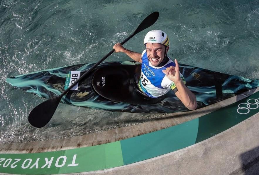 Semifinalista na canoagem, Pepê Gonçalves começou em projeto social e concilia treinos com limpeza de rio
