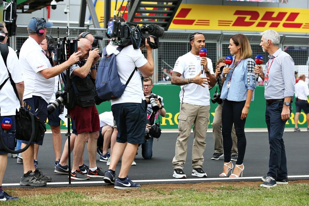 Lewis Hamilton dá entrevista a apresentadora inglesa e a Damon Hill — Foto: Getty Images
