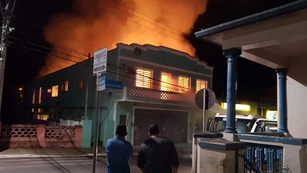 Incêndio destrói prédio da Prefeitura de Águas de Santa Bárbara (Foto: Divulgação/Policia Civil)