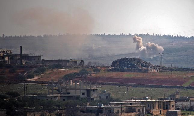 Fumaça é vista em local atingido por artilharia do exército sírio em Idlib