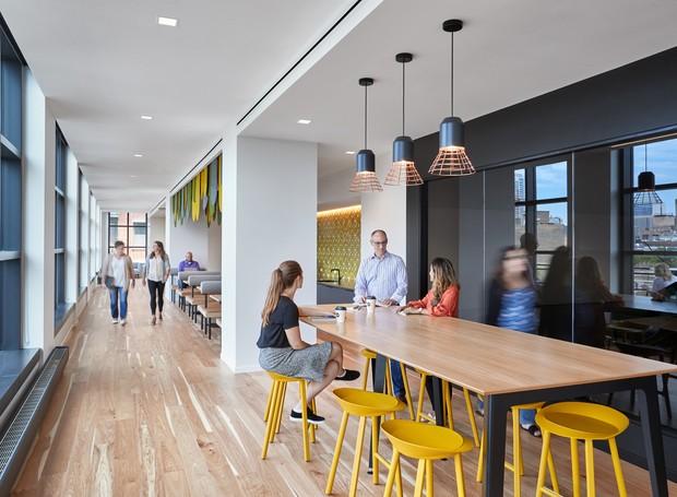 Mesas comunitárias são locais que fogem da estrutura tradicional de escritório (Foto: arrett Rowland/ Reprodução)