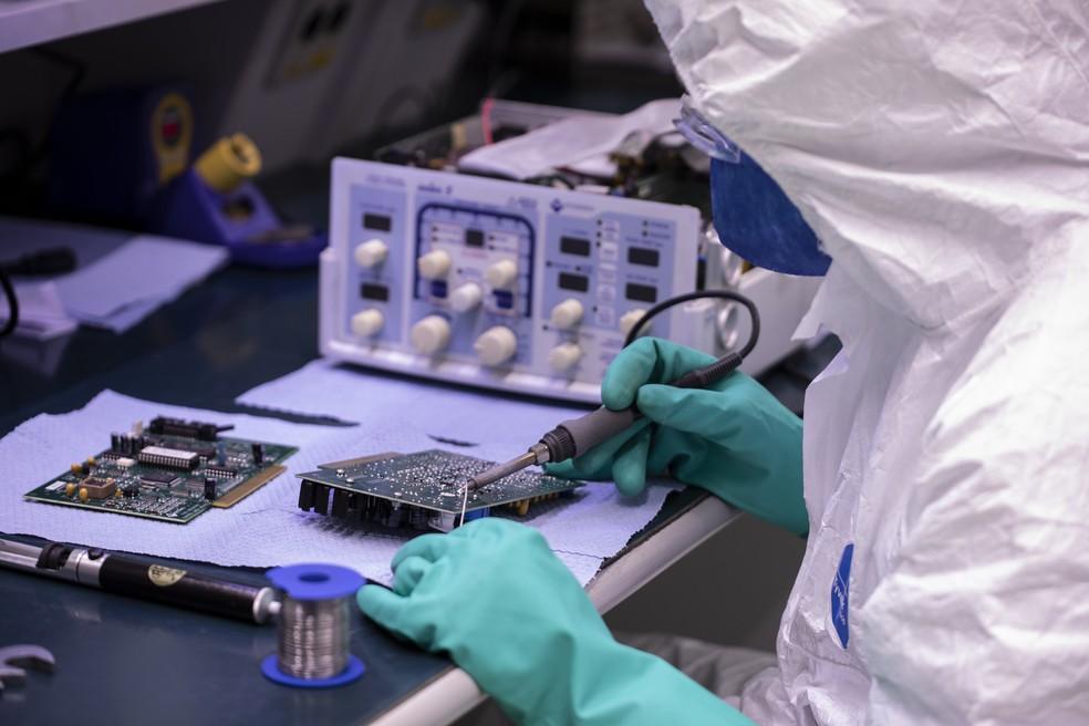 Técnico trabalha no conserto de respirador na fábrica da Fiat, em Betim (MG) — Foto: Divulgação