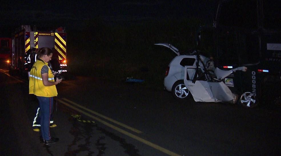 Quatro pessoas morreram e outras seis ficaram feridas, após batida entre carro e ônibus, na PR-317 — Foto: André Antônio/RPC
