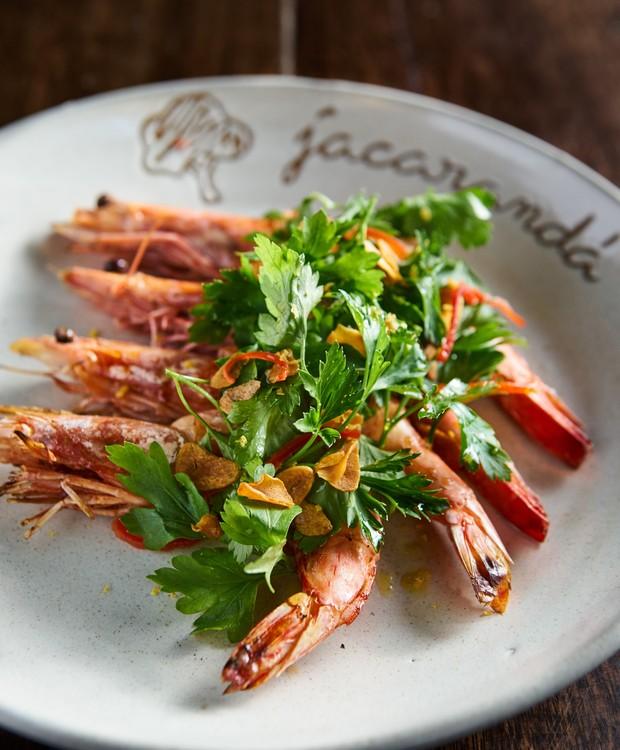 Receita de camarões na brasa e no alho e óleo, do chef Danilo Gozetto para o restaurante Jacarandá (Foto: Roberto Seba/Divulgação)