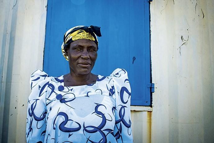 Josephine Kitara, 56 anos, sofreu tentativa de assassinato por parte de vizinhos que queriam roubar suas terras  (Foto: Giuliana Miranda)