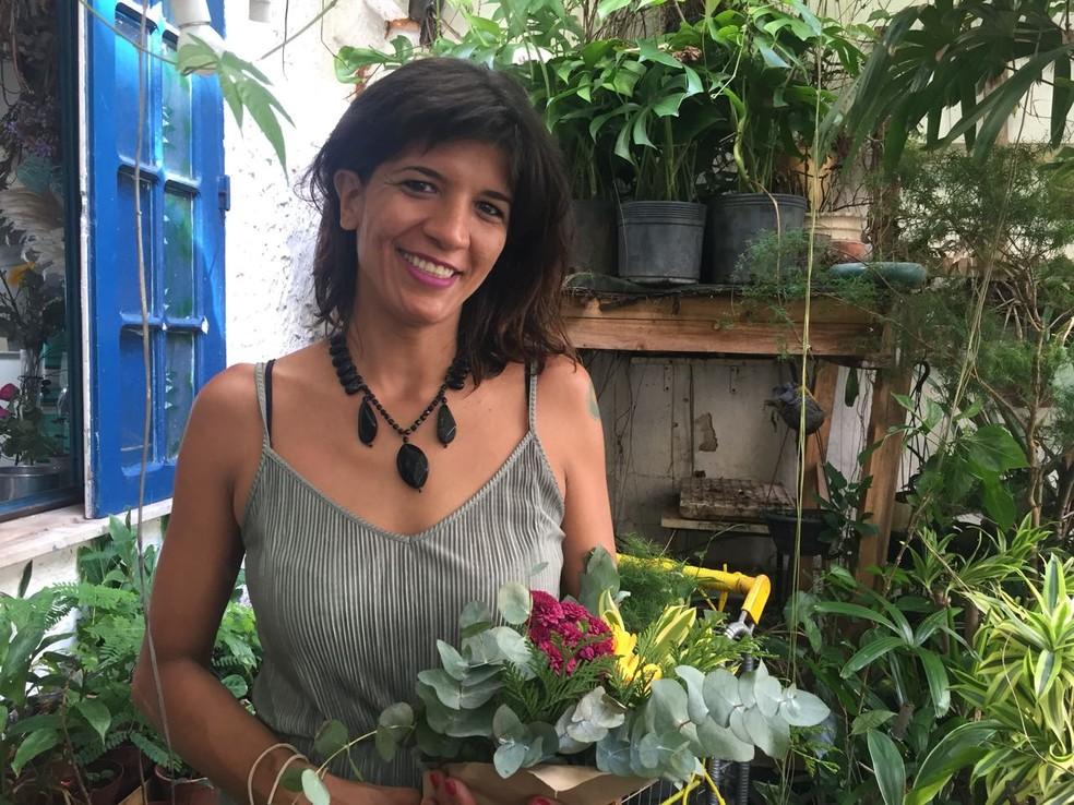 A florista Eduarda Ribeiro, 37, passou a atender clientes maiores depois que se formalizou (Foto: Daniel Silveira/G1)