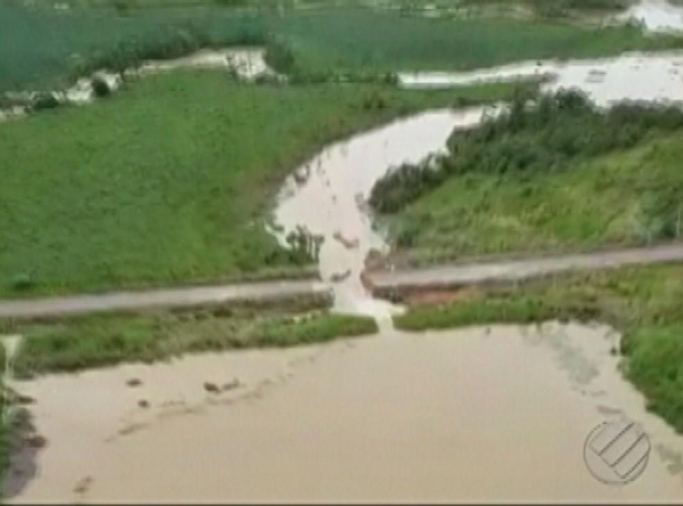 -  A força da água também rompeu um trecho da PA-256 que dá acesso a Belém-Brasília  Foto: Reprodução/Tv Liberal