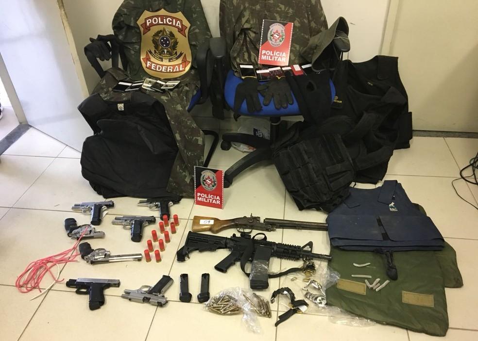 Polícia apreendeu nove armas de fogo, coletes, explosivos e outros materiais com suspeitos de ataques a bancos (Foto: Felipe Valentim / TV Paraíba)