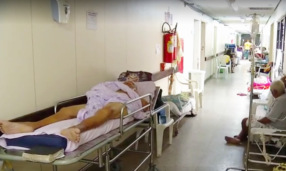 Corredores do Walfredo Gurgel, maior hospital público do RN, estão lotados de macas (Foto: Inter TV Cabugi/Reprodução)