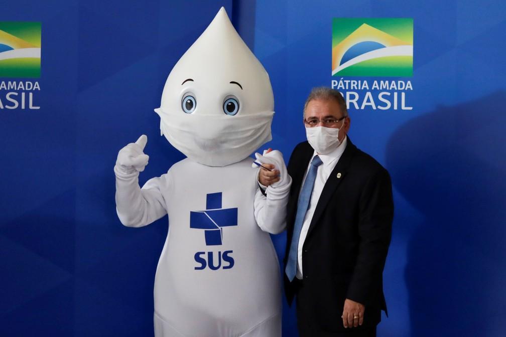 O ministro da Saúde, Marcelo Queiroga, posa com Zé Gotinha, mascote das campanhas de vacinação do SUS, no dia em que o Brasil chega a 300 mil mortes por Covid-19 — Foto: Ueslei Marcelino/Reuters