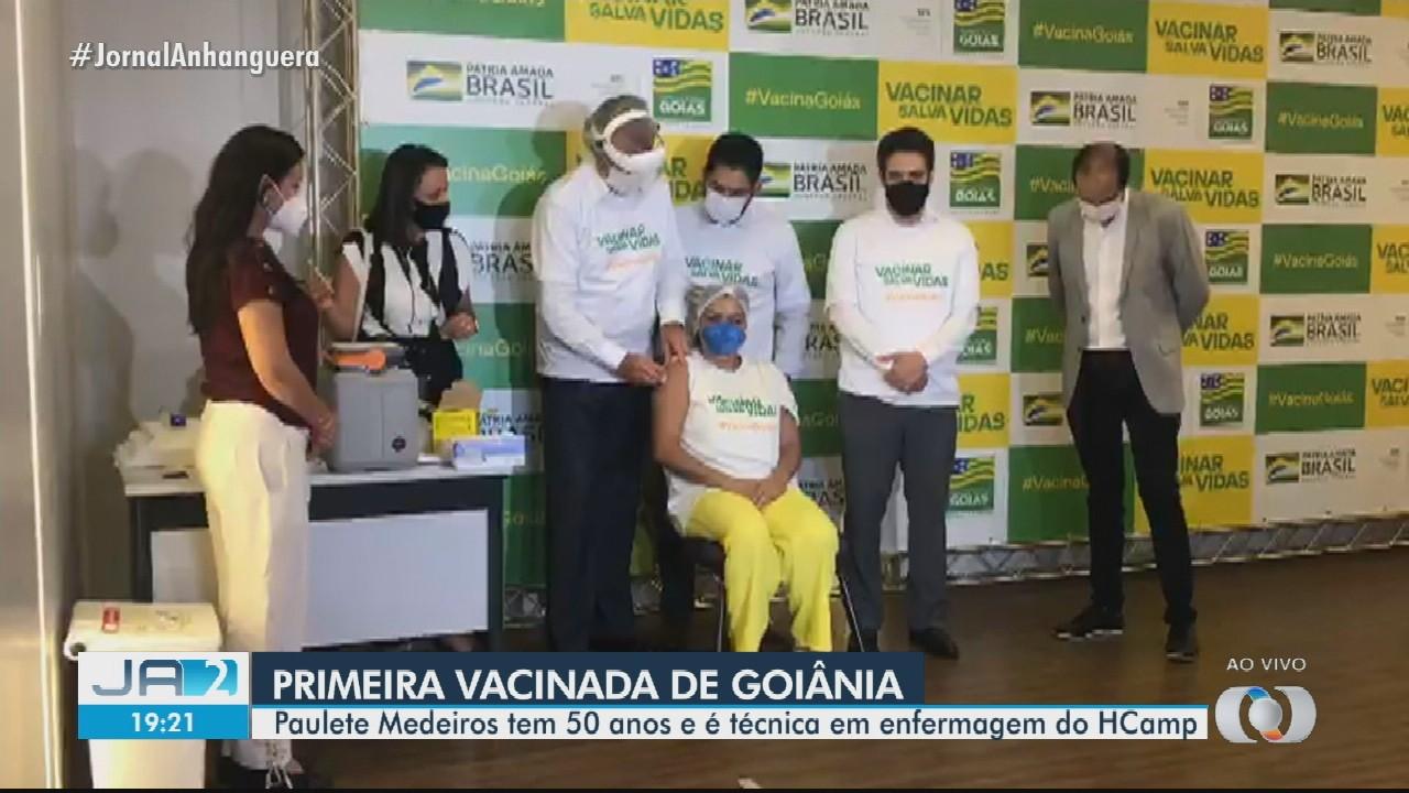 Técnica de enfermagem fala sobre emoção de ser primeira imunizada, em Goiânia