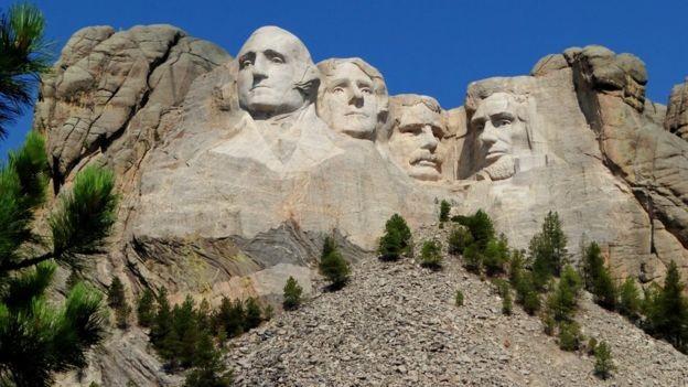 A coincidência das coincidências: em Monte Rushmore, esculturas das cabeças dos ex-presidentes americanos têm variação de tamanhos igual à dos braquiossauros (Foto: GETTY IMAGES/BBC)