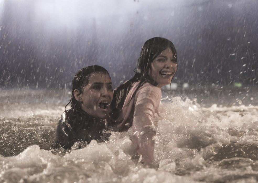 Alexia (Deborah Secco) e Kyra (Vitória Strada) não conseguem ajudar Luna (Juliana Paiva) em 'Salve-se Quem Puder' — Foto: João Miguel Júnior/Globo