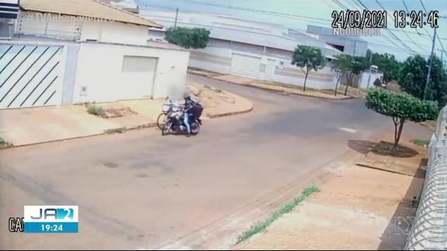 Câmera flagra entregador de delivery tentando assaltar jovem em quadra de Palmas