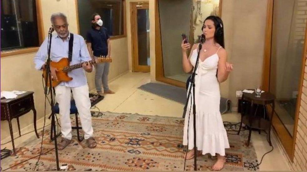 Gilberto Gil e Juliette ensaiam para live deste domingo (13) — Foto: Reprodução/Instagram