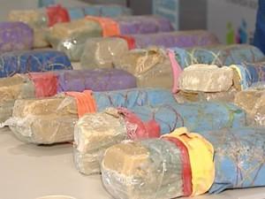 Drogas apreendidas com suspeito no bairro José de Anchieta, na Serra, Espírito Santo. (Foto: Reprodução/TV Gazeta)